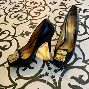 👠Platform pumps with gold buckle embellishment